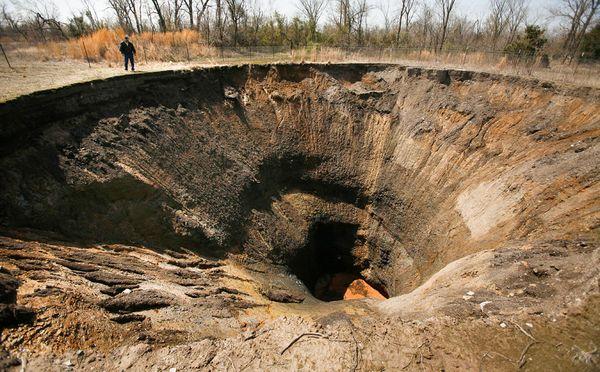 LUGARES ABANDONADOS-LUGARES OLVIDADOS (sitios fantasma en el mundo) 1sinkholes-holes-ground-mining_21289_600x450