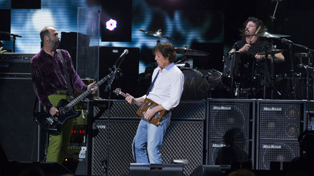 Paul-McCartney-peforms-with-Nirvana--Sandy-relief-concert-jpg