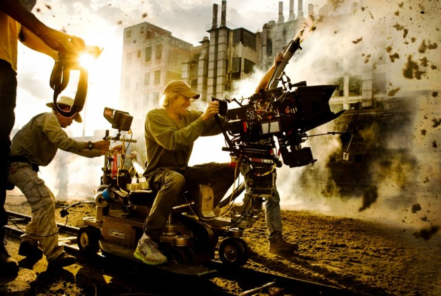 _Michael-Bay-Transformers-Age-of-Extinction-set-pic-1024x689